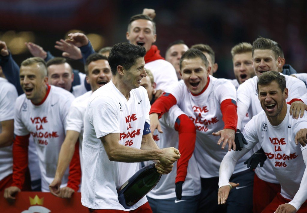 Poland's Robert Lewandowski and his team mates celebrate after winning the Euro 2016 group D qualification soccer match against Republic of Ireland in Warsaw, Poland October 11, 2015. Poland won the match 2-1 to secure a place for Euro 2016. REUTERS/Kacper Pempel - RTS40R0