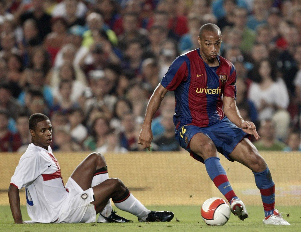 BARCELONA, SPAIN - AUGUST 29: Thierry Henry (R) of Barcelona controls the ball next to Pele of Inter Milan during the Gamper Trophy match between Barcelona and Inter Milan at the Nou Camp Stadium on August 29, 2007 in Barcelona, Spain. (Photo by Jasper Juinen/Getty Images) *** Local Caption *** Thierry Henry;Pele