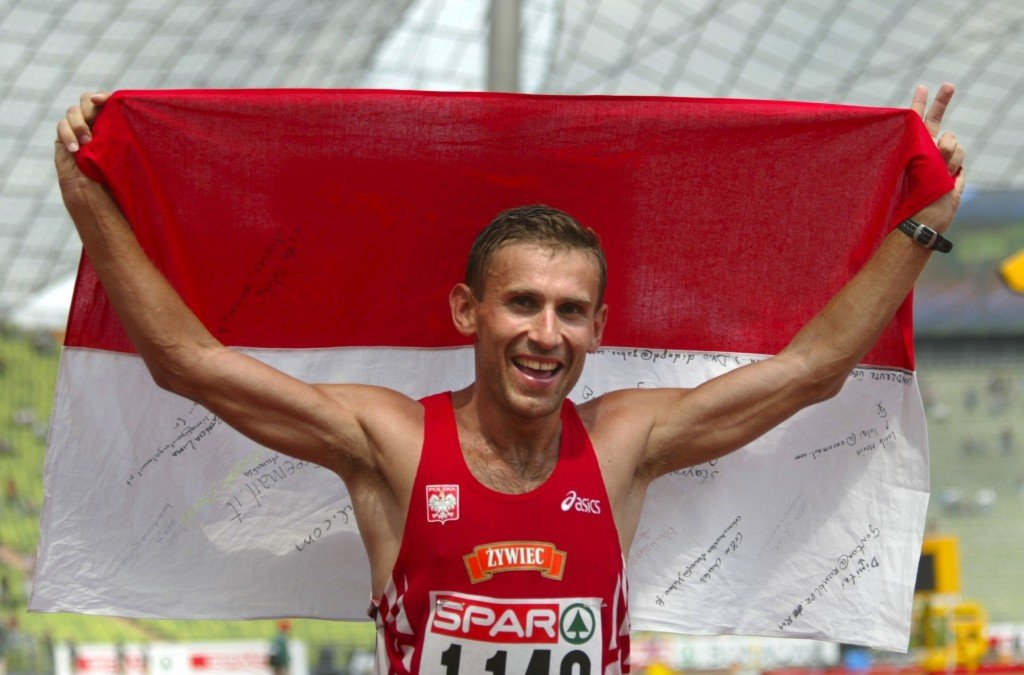 LEM16 - 20020808 - MUNICH, GERMANY : Poland's Robert Korzeniowski celebrates after winning the 50km walk event at the European Athletics Championships in Munich, 08 August 2002. Korzeniowski won in new world record time of 3:36.39 hours. EPA PHOTO DPA / GERO BRELOER
